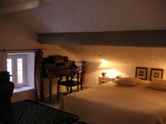 Auberge de La Poulciere : Small writingdesk & tiny window
