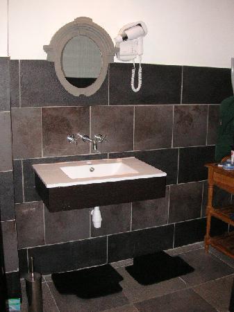 Auberge de La Poulciere: Spacious, modern bathroom