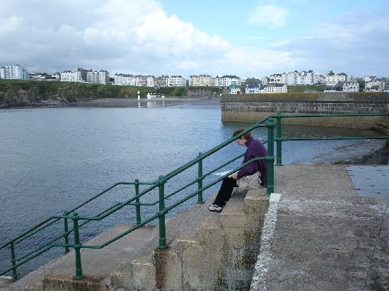 Port Erin, UK: Lady on the harbour wall