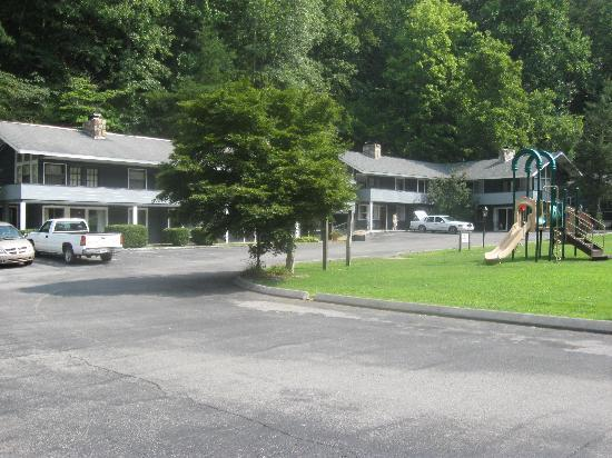 Carr's Northside Cottages & Motel: Building where we stayed, and play area.