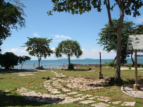 Teluk Iskandar Inn: pathway to the beach