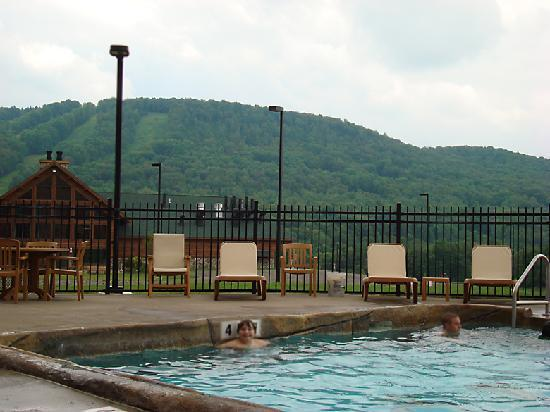 Hope Lake Lodge & Conference Center: Outdoor Pool