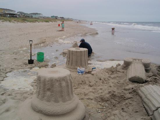 ‪‪Holden Beach‬, ‪North Carolina‬: Random sand sculpture at Holden Beach‬