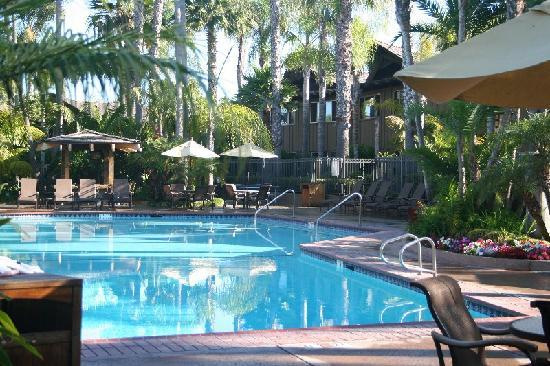 Humphreys Half Moon Inn & Suites: georgeous pool with bar.