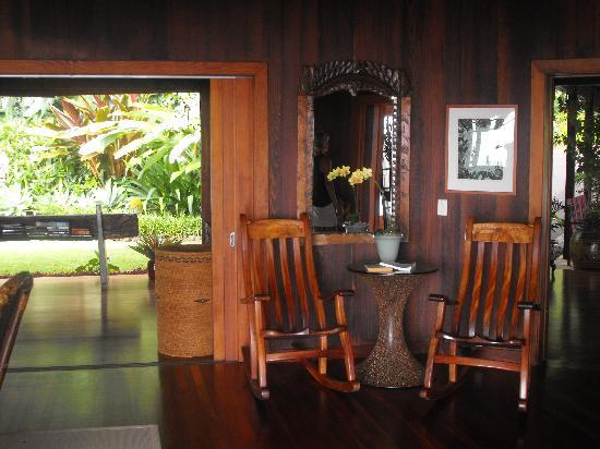 Holualoa Inn: Open air living room