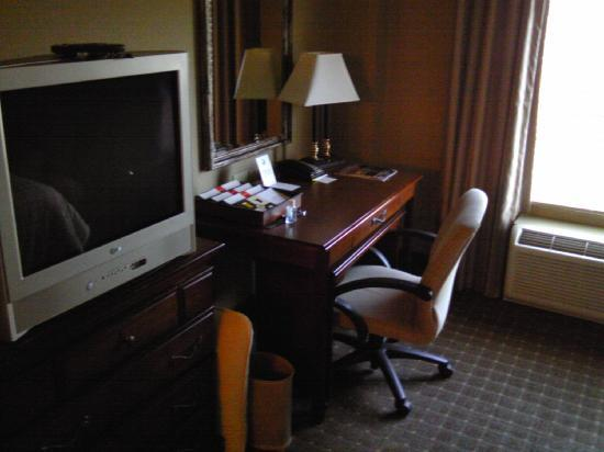 Four Points by Sheraton Knoxville Cumberland House: desk and TV