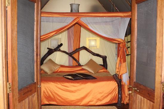 Kikoti Safari Camp: lovely bed