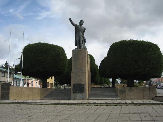 Punta Arenas, Chili: Typisch sind die kugelförmig beschnittenen Zypressen