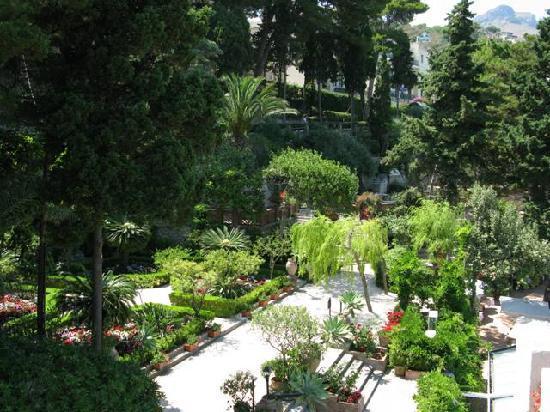 Belmond Villa Sant'Andrea: Vista sul giardino