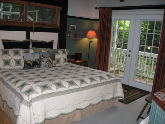 Timberwolf Creek Bed & Breakfast: Curve of the Creek Bedroom