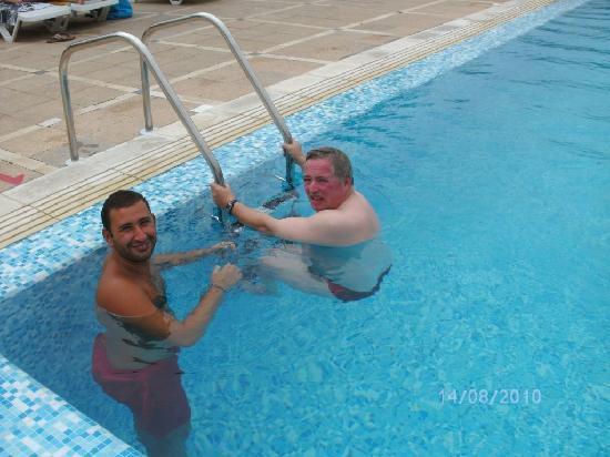 Hôtel Acqua Viva : Ahmed donne un cours de natation à Jean-Luc