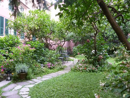 Il Giardino Incantato Bed and Breakfast: un jardin enchanteur
