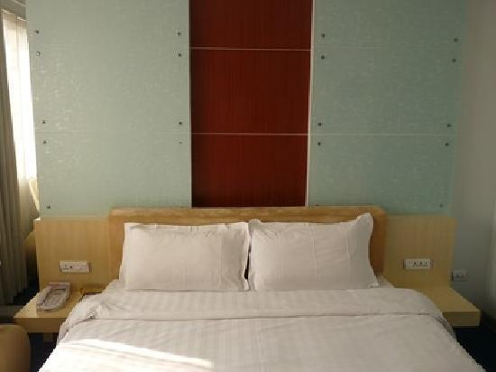 CAAC Hotel: Bed with modern touches.