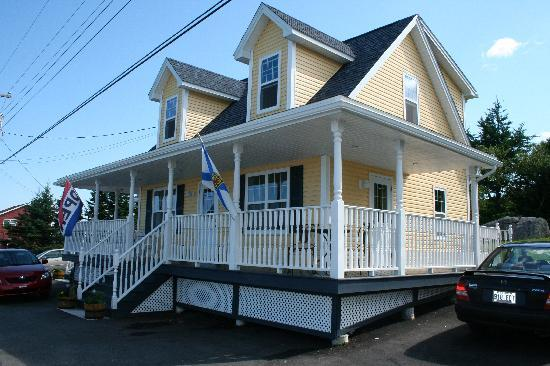 West Dover Harbour View Cottages & Guestrooms: The main B&B with cottages up a little hill.