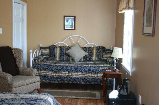West Dover Harbour View Cottages & Guestrooms: The day bed in the deluxe room.
