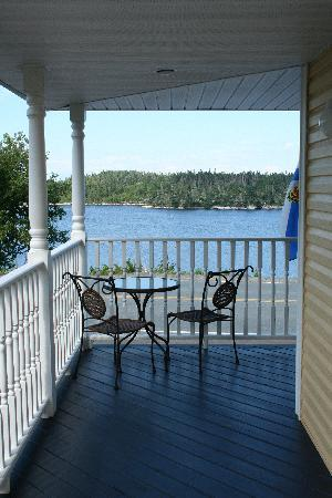 West Dover Harbour View Cottages & Guestrooms: Patio and chairs where we ate breakfast.