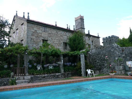 Morana, Hiszpania: Vista del pazo desde la piscina.