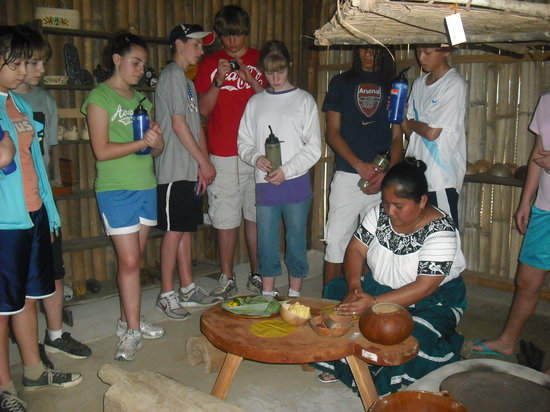 Dangriga, Belice: making Mayan Corn Tortilla