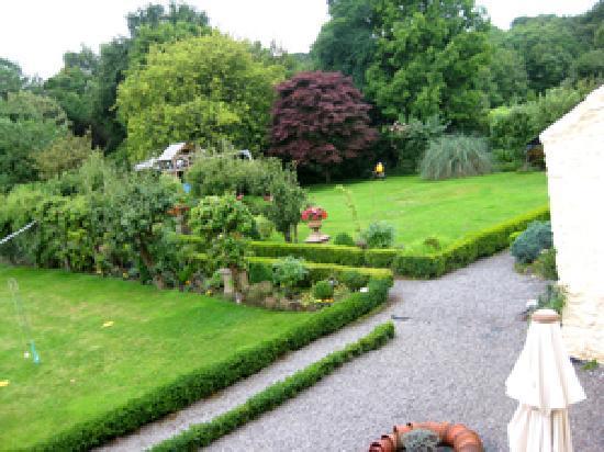 Gelynis Farm House Bed and Breakfast: vue du jardin depuis la chambre