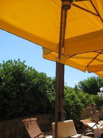 Paratagrande Agriturismo: Veranda co ombrelloni.