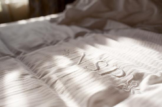Nuits Saint-Pierre : Monogram on the bedspread...