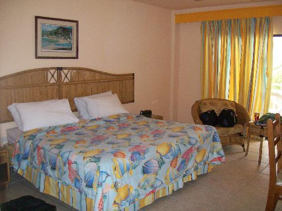 Tropikist Beach Hotel & Resort : Bedroom- spacious & clean (Deluxe? Paid for Standard Room)
