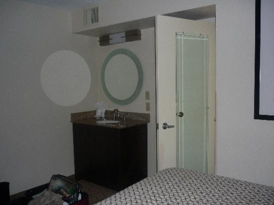 Embassy Suites by Hilton Memphis: Sink and vanity in room: nice touch
