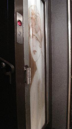 Hotel des Champs-Elysees: Elevator (to be expected... smallish)