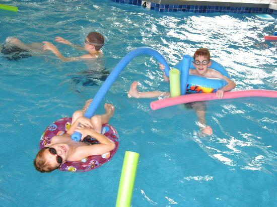 Parkwood Lodge: Pool Fun!