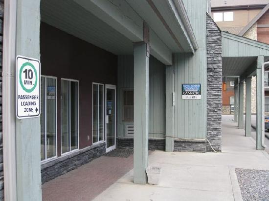 Sunset Resorts Canmore: If you think the entrance is nice, wait 'till you see the room!