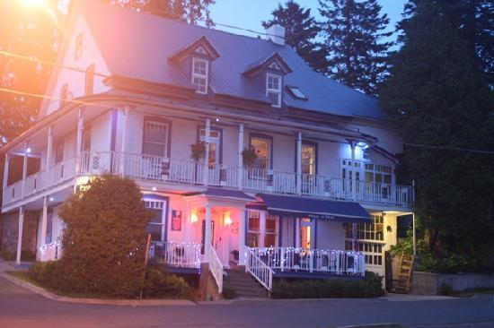 Grandes-Piles, Canada: Hotel le Bôme by night