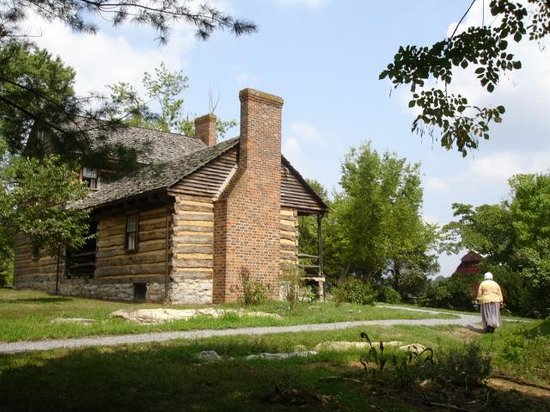 Rocky Mount Museum: Long view of Rocky Mount farmhouse