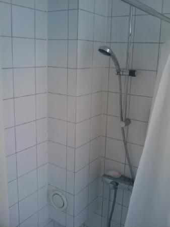 Lund, Schweden: You have to stand sideways to have a shower in room 312!