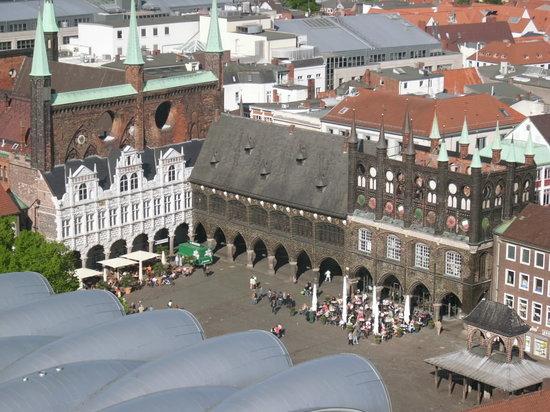 Lübeck, Allemagne : Blick von der MArienkirche auf das Rathaus