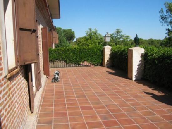 La Posada Real del Pinar: Terrasse vor den Zimmern