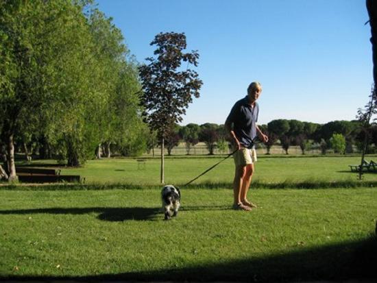 La Posada Real del Pinar: Mein Mann mit Hund im Park