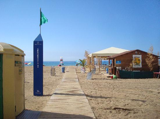 BEST WESTERN Mediterraneo: Beach directly opposite hotel