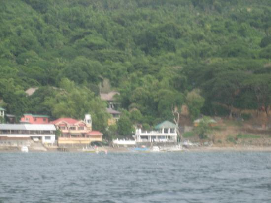 Bambu Villa Resort: Resort view (the white one on the left) from the boat