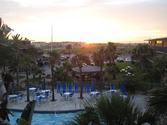 Island House Condominiums: Looking over the pool near sunset