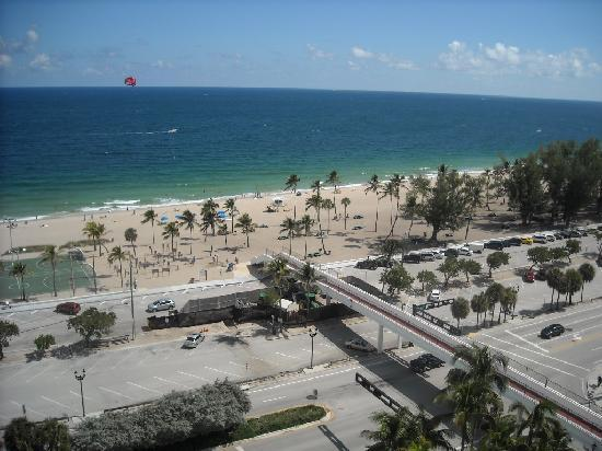 Bahia Mar Fort Lauderdale Beach - a Doubletree by Hilton Hotel: View from our balcony showing walkway to ocean