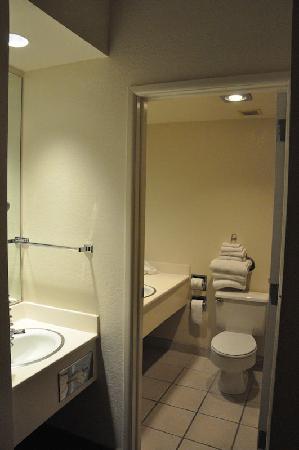 Motel 6 Richfield : coin salle de bain avec 2 vasques