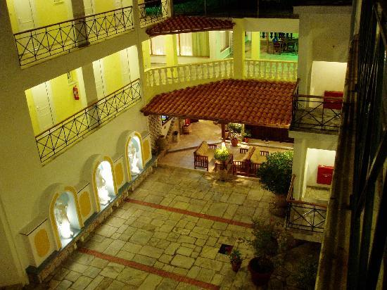 Ionia Hotel Skopelos: Hotel courtyard at night.