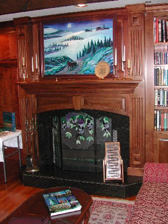 Red Maple Inn Bed & Breakfast: Library
