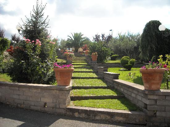 Excel Hotel Roma Ciampino: tuin bij ingang
