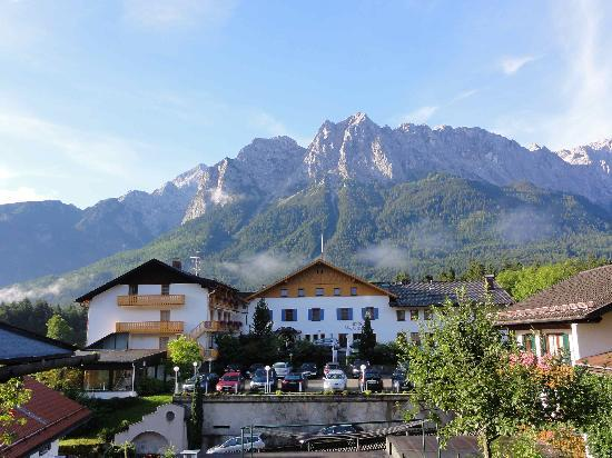 Romantik Alpenhotel Waxenstein: 丘に登る途中からホテルを望む