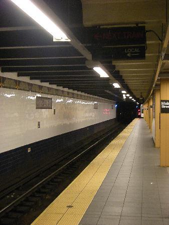 Sheraton LaGuardia East Hotel: Main Street Station