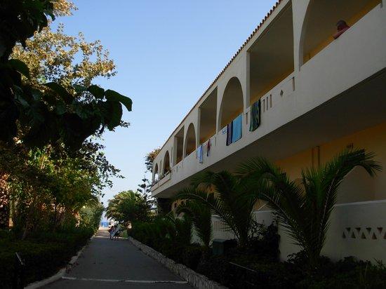 Marinos Beach Hotel Apartments: Vialetto di accesso al mare