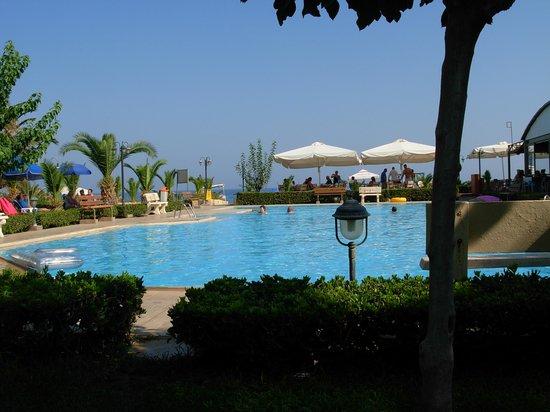 Marinos Beach Hotel Apartments: Vista mare e piscina dal giardino