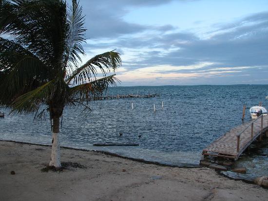 Island Magic Beach Resort: Hotel beach and private pier
