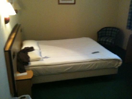 هوتل كامبانيلي شتاتشين: Zimmer das große Bett